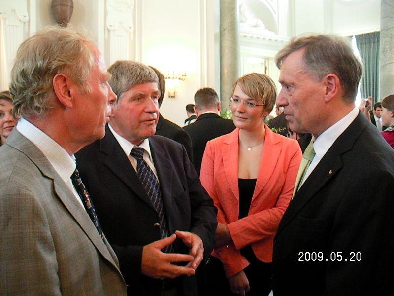 Die Prenzlauer Peter Bühlow und Harald Jahn mit der Preisträgerin Sarah Grandke und Bundespräsident Horst Köhler im Gespräch (v.l.n.r.).