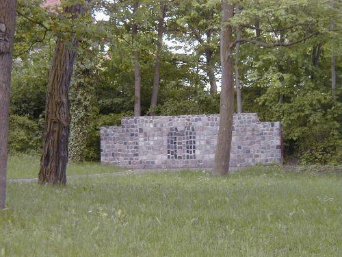 Gedenkwand auf dem alte jüdischen Friedhof im Prenzlauer Stadtpark. Die Wand besteht zu einem Großteil aus zerschlagenen jüdischen Grabsteinen, die als Pflastersteine verwendet wurden.