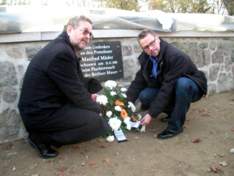 Jürgen Hoppe, Vorsitzender der Stadtverordnetenversammlung Prenzlau (links), und Bürgermeister Hendrik Sommer bei der Enthüllung der Gedenktafel für Manfred Mäder.