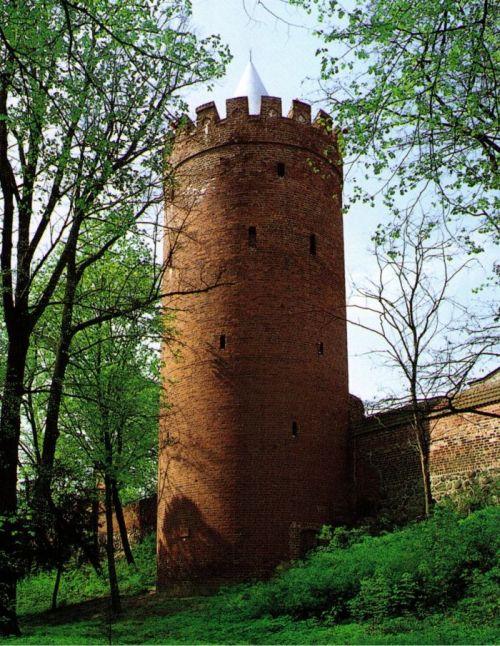 Der Prenzlauer Hexenturm vom Stadtpark aus. Der Park wurde auf der planierten ehemaligen Wall-Graben-Vorbefestigung angelegt. (Bild: Jürgen Theil)