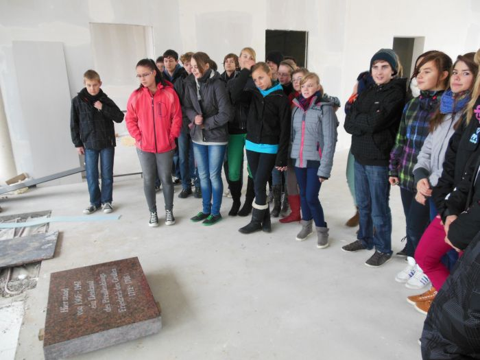 Die Schüler der Projektgruppe am Christa-und-Peter-Scherpf Gymnasium in der noch unfertigen Stadtinformation auf dem Prenzlauer Markt vor der Gedenktafel.