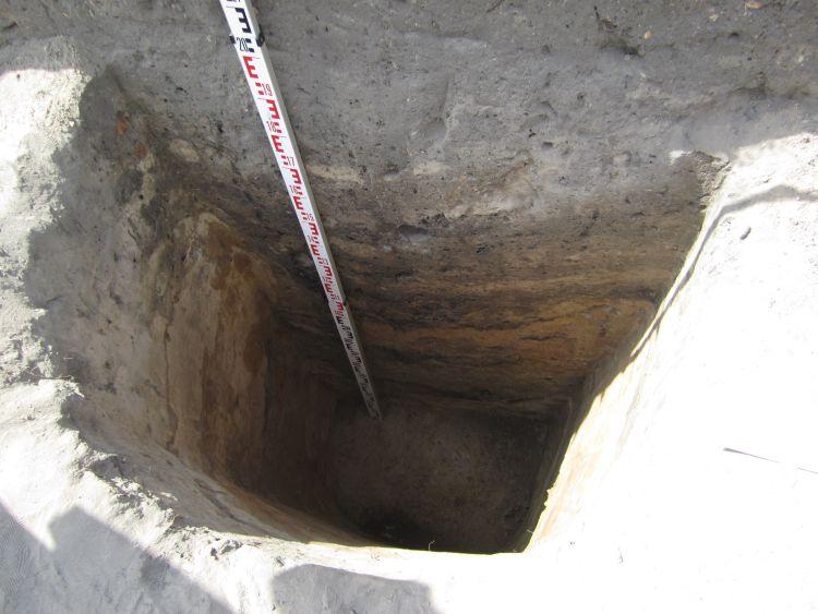 Eine etwa drei Meter tiefe spätslawische Vorratsgrube.
