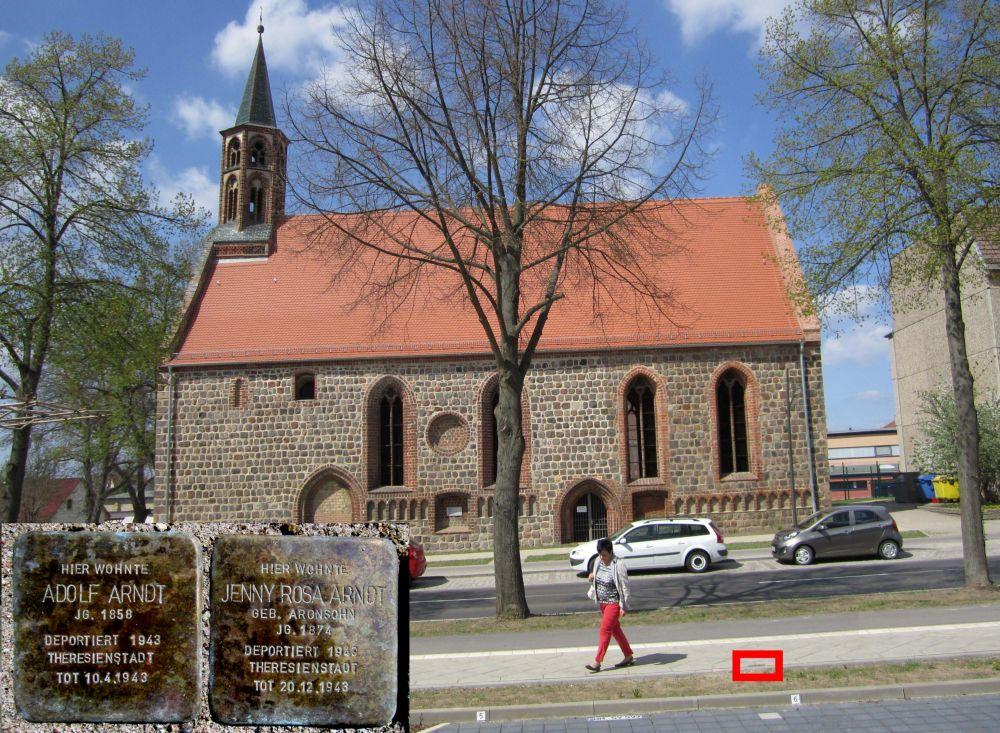1.Stolpersteine für Jenny Rosa und Adolf Arndt am Marktberg, gegenüber der Hl. Geist Kapelle. (Foto: Dr. M. Schulz, 2013)