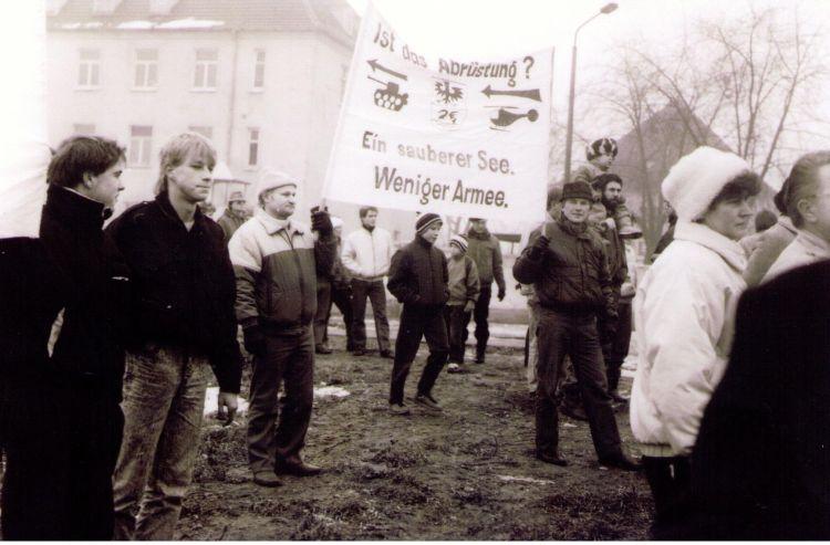 Protestkundgebung am 03.12.1989 am Röpersdorfer Weg (Foto: Hans-Jürgen Schulz, Röpersdorf; aus: Jürgen Theil, Walther Matznick: Wende-Zeiten, Prenzlau 1989–1993. Erfurt 2009, S. 17)