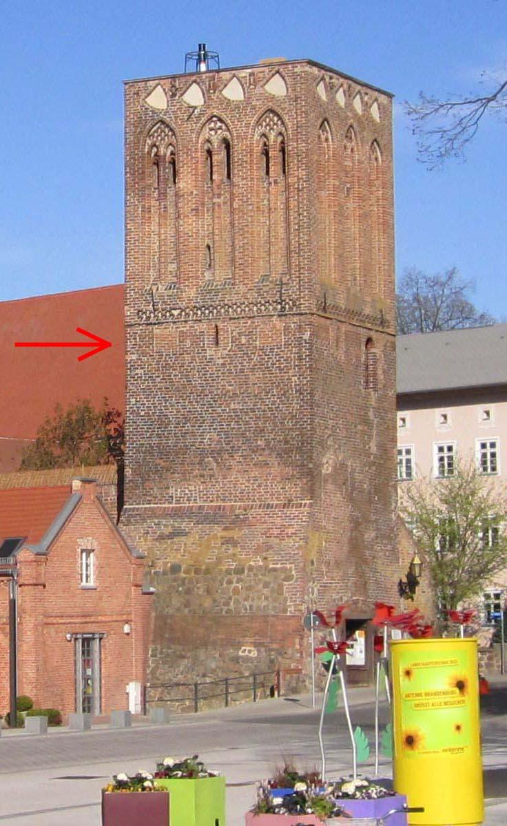 Blick auf den Steintorturm aus südlicher Richtung. Deutlich erkennbar die ehemaligen Zinnen (Pfeil), bevor der Turm im 14. Jh. deutlich erhöht wurde. (Foto: Dr. Matthias Schulz, 2013)