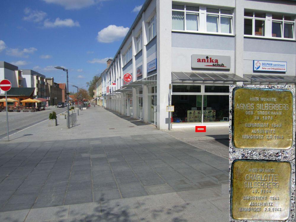 2. Stolpersteine für Agnes und Charlotte Silberberg in der Friedrichstraße, Ecke Kleine Baustraße. (Foto: Dr. M. Schulz, 2013)