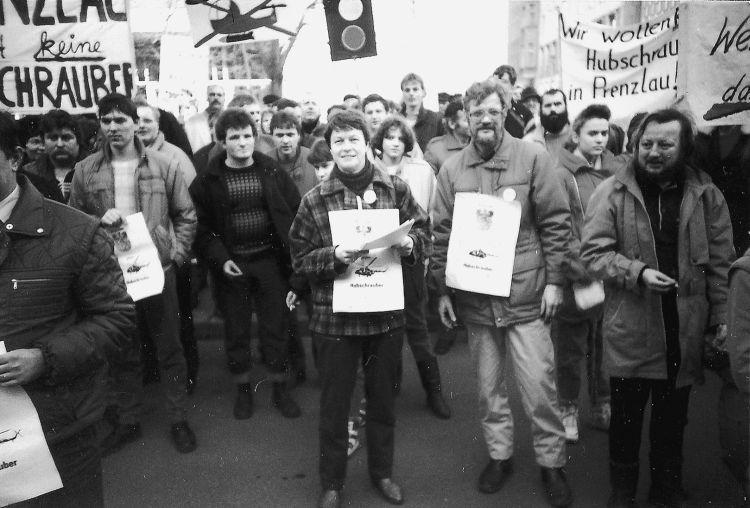 Demonstration in Berlin vor der sowjetischen Botschaft am 10.2.1990. Bildmitte: Gudrun und Gustav Adolf Haffer (Archiv Gustav Adolf Haffer; Fotograf: unbekannt; aus: Jürgen Theil, Walther Matznick: Wende-Zeiten, Prenzlau 1989–1993. Erfurt 2009, S. 20)