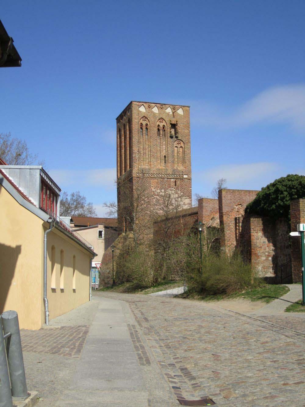 Blick auf den Steintorturm aus westlicher Richtung (vom Museum aus). Oben rechts markieren Abbruchspuren neben den Fenstern die einstige Außentoilette. (Foto: Dr. Matthias Schulz, 2011)