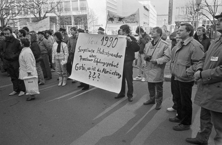 Demonstration in Berlin vor der sowjetischen Botschaft am 10.2.1990. (Bild: Jürgen Jabs, Berlin)