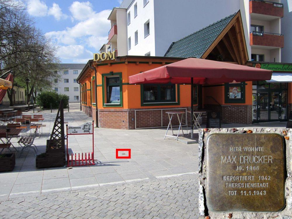"""3. Stolperstein für Max Drucker in der Friedrichstraße, vor der Gaststätte """"Dom"""". (Foto: Dr. M. Schulz, 2013)"""