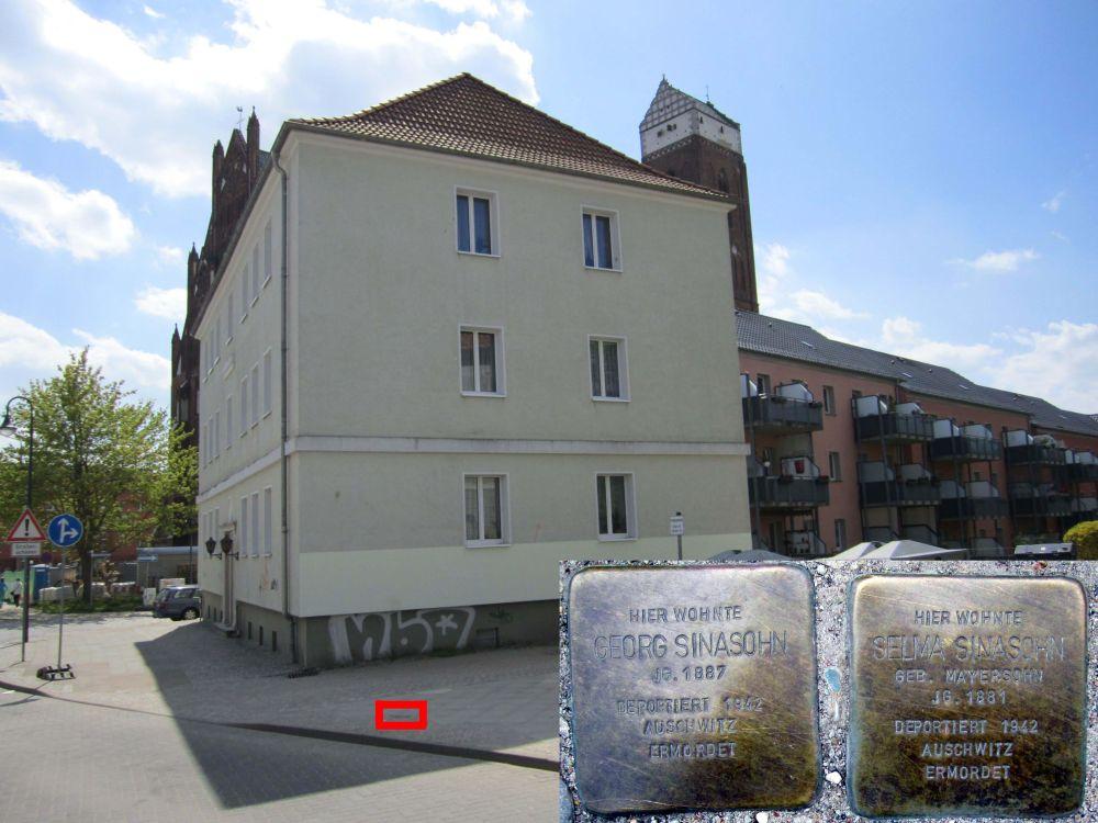 4. Stolpersteine für Selma und Georg Sinasohn in der Straße des Friedens, Nahe der Ecke Marienkirchstraße. (Foto: Dr. M. Schulz, 2013)