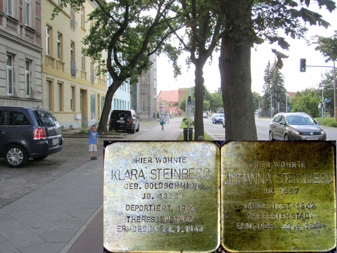 10. Stolpersteine für Klara Steinberg geb. Goldschmidt und Johanna Steinberg, Südseite der Schwedter Straße zwischen Grabowstraße und Paul-Gloede-Straße. (Foto: Dr. M. Schulz, 25.07.2015)