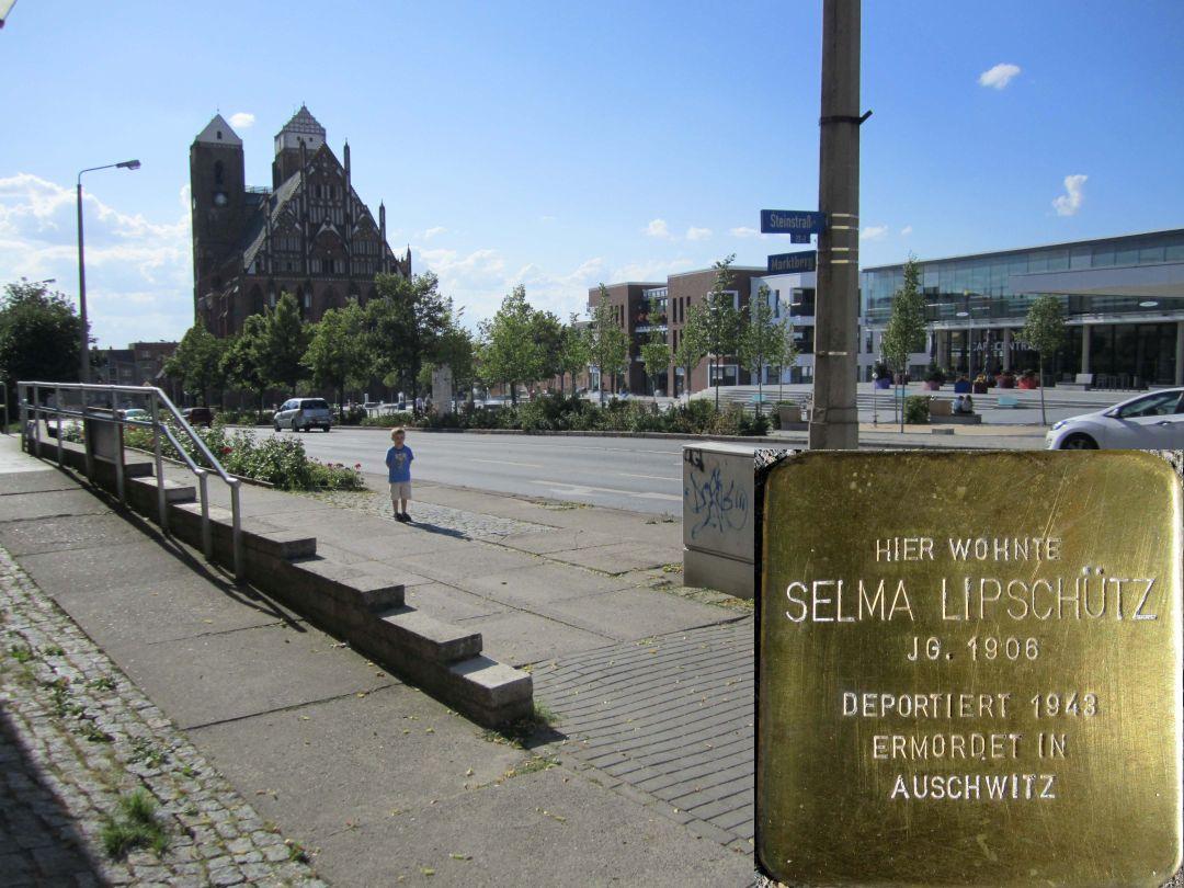 11. Stolperstein für Selma Lipschütz, Südseite Marktberg / Ecke Steinstraße. (Foto: Dr. M. Schulz, 25.07.2015)