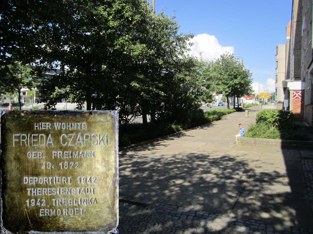 12. Stolperstein für Friede Czapski geb. Freimann, Südseite Marktberg / unweit Ecke H.-Heine-Straße. (Foto: Dr. M. Schulz, 25.07.2015)