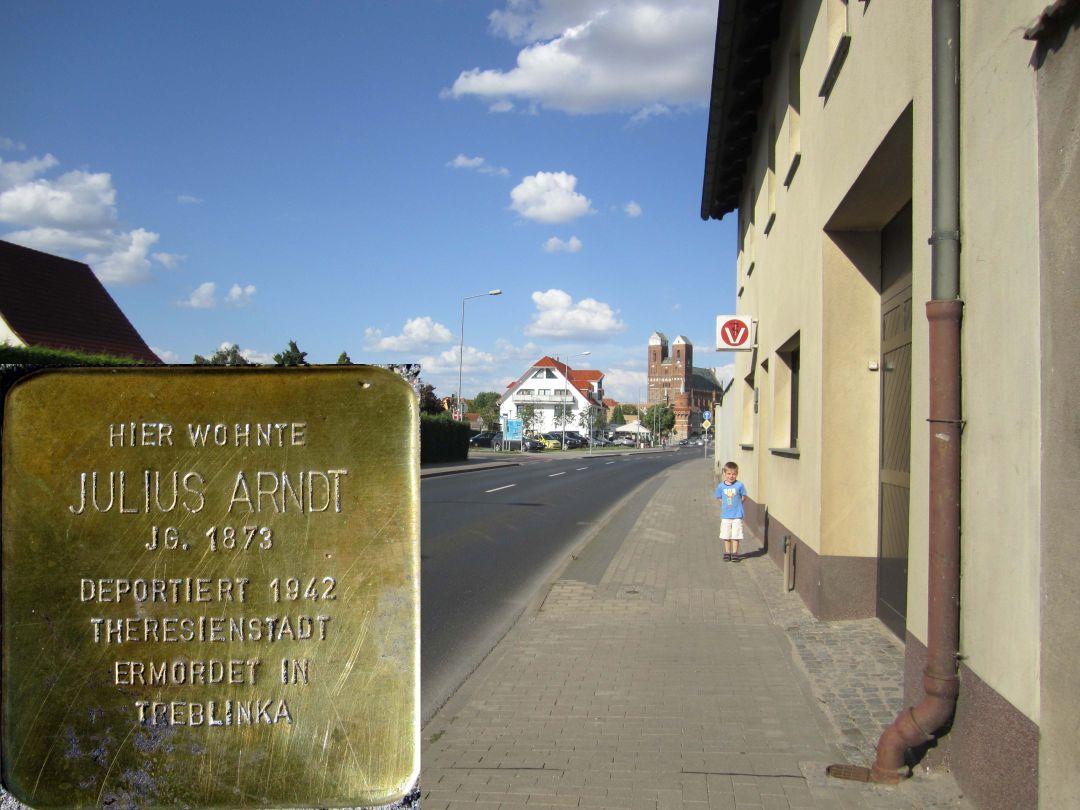 14. Stolperstein für Julius Arndt, Südseite der Neustadt, unweit der Einmündung An der Binnenmühle (Stadtauswärts). (Foto: Dr. M. Schulz, 25.07.2015)