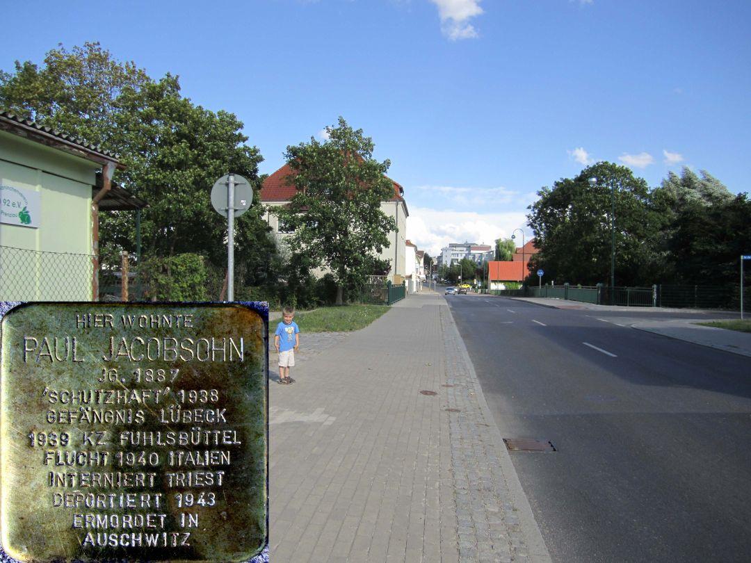 15. Stolperstein für Paul Jacobsohn, Nordseite Neubrandenburger Straße, neben der Uckerbrücke (Stadtauswärts). (Foto: Dr. M. Schulz, 25.07.2015)