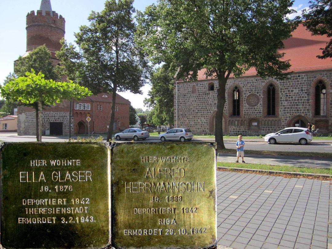 8. Stolpersteine für Ella Glaser und Alfred Herrmannsohn, Südseite Marktberg gegenüber der Hl. Geist Kapelle. (Foto: Dr. M. Schulz, 25.07.2015)