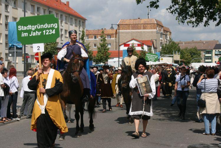 Der zweite Vorsitzende des UGVP, Reinhard Timm, präsentiert als Herzog Barnim die von diesem im Dezember 1234 ausgestellte Prenzlauer Stadtgründungsurkunde.