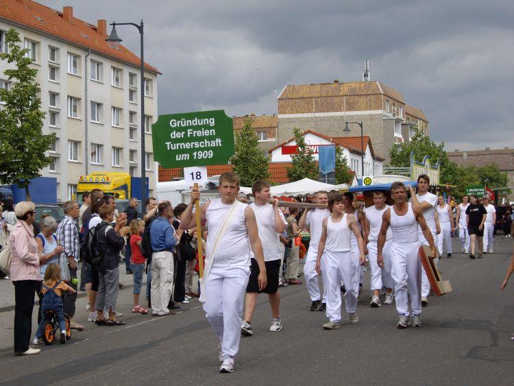 Der Vorsitzende des UGVP, Jürgen Theil (rechts mit dem Sprungbrett unter dem Arm), als Turner.