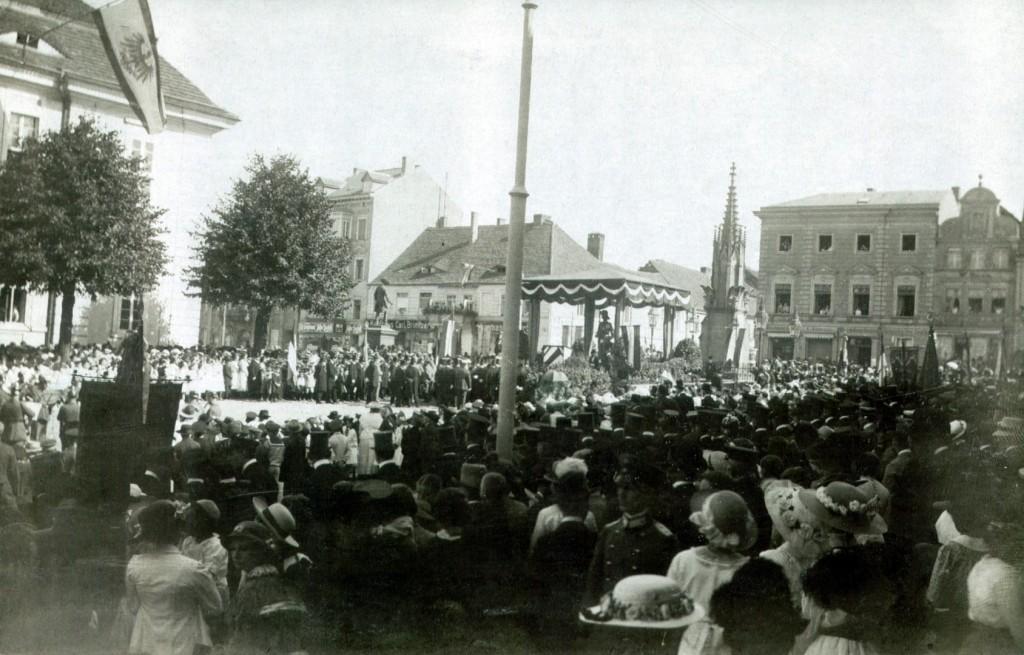 """Der """"Eiserne Roland"""" 1916 auf dem Prenzlauer Marktplatz. (Bild: Archiv UGVP)"""