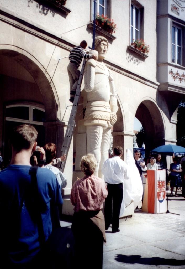 Enthüllung der neuen Roland-Statue von Toralf Jäckel am 10.06.2000 vor dem Hotel Uckermark. (Bild: Archiv UGVP)