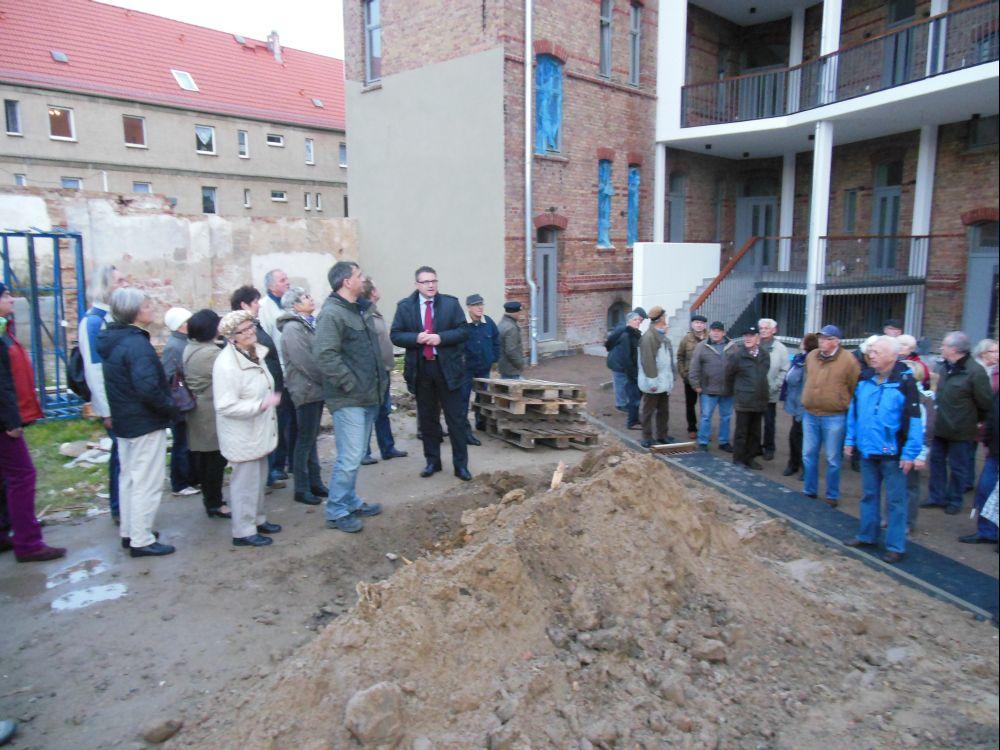 Renè Stüpmann, Geschäftsführer der Wohnbau GmbH, (Mitte) erläuterte persönlich den Stand der Sanierungsarbeiten.