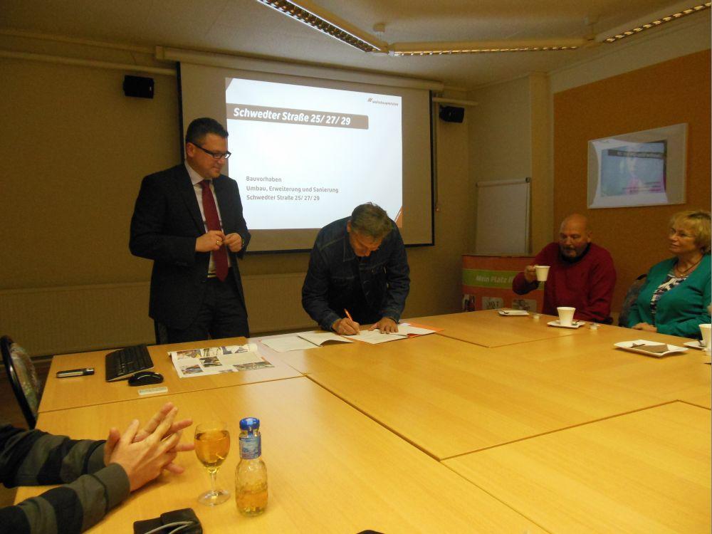 Renè Stüpmann, Geschäftsführer der Wohnbau GmbH, (links) und Jürgen Theil, Vorsitzender des Uckermärkischen Geschichtsvereins, bei der Unterzeichnung des Kooperationsvertrages.