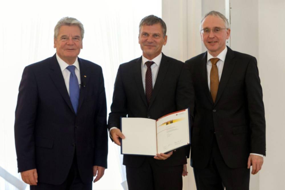 Bundespräsident Joachim Gauck, Jürgen Theil und Dr. Lothar Dittmer Stellvertretender Vorsitzenden des Kuratoriums des Geschichtswettbewerbs (Foto: Wolfgang Kumm)