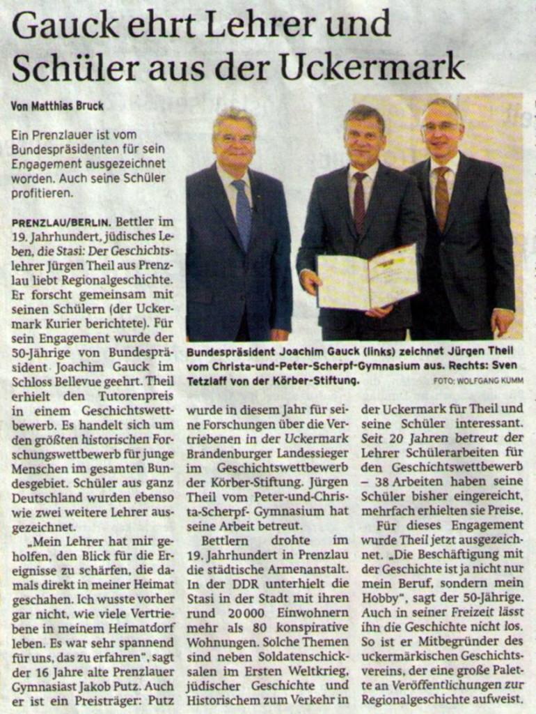 Prenzlauer Zeitung vom 14.11.2013 Bei dem Herrn rechts handelt es sich um Dr. Lothar Dittmer, Stellvertretender Vorsitzenden des Kuratoriums des Geschichtswettbewerbs (Bildunterschrift ist falsch)