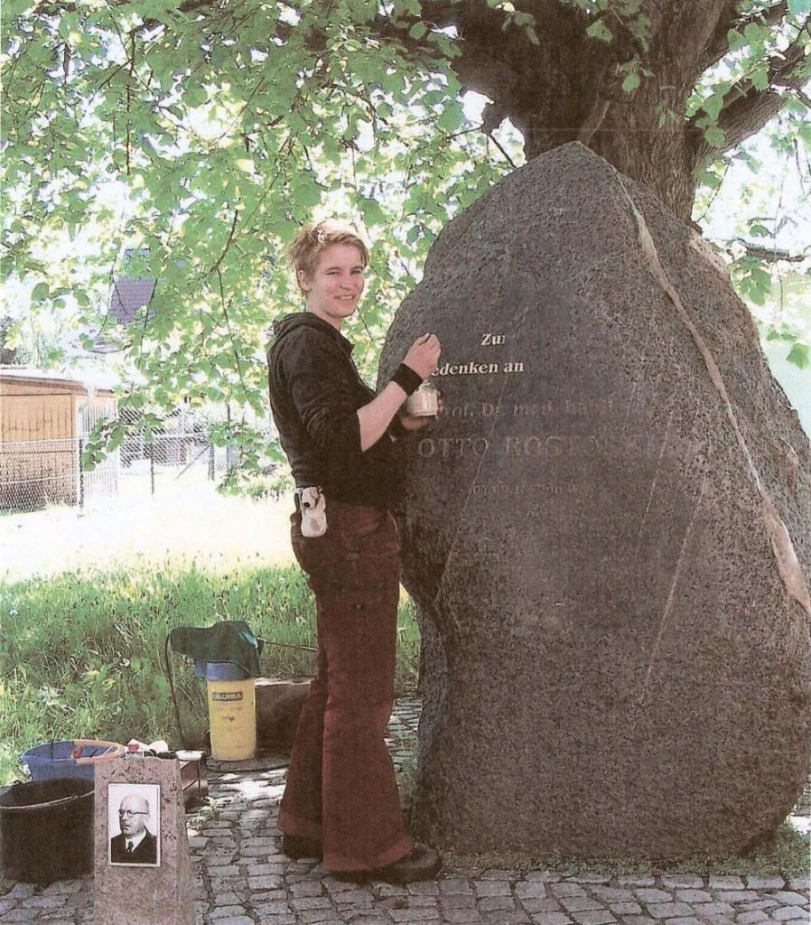 Hendrikje Ring bei der Restaurierung des Gedenksteins für Prof. Otto Rostoski in Wendemark (Bild: Bärbel Würfel)