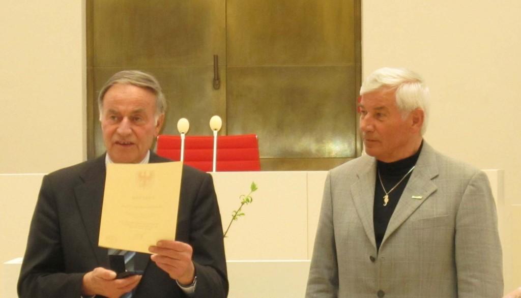 Gunter Fritsch, Präsident des Landtages Brandenburg, und Hans-Jürgen Schulz (rechts) bei der Verleihung der Medaille