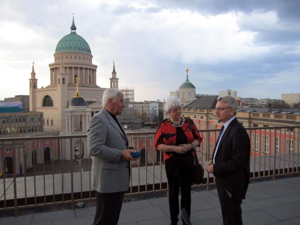 Mike Bischoff (rechts), parlamentarischer Geschäftsführer der SPD-Fraktion, mit Hans-Jürgen Schulz und Ehefrau Hildegard auf der Dachterrasse des Landtags