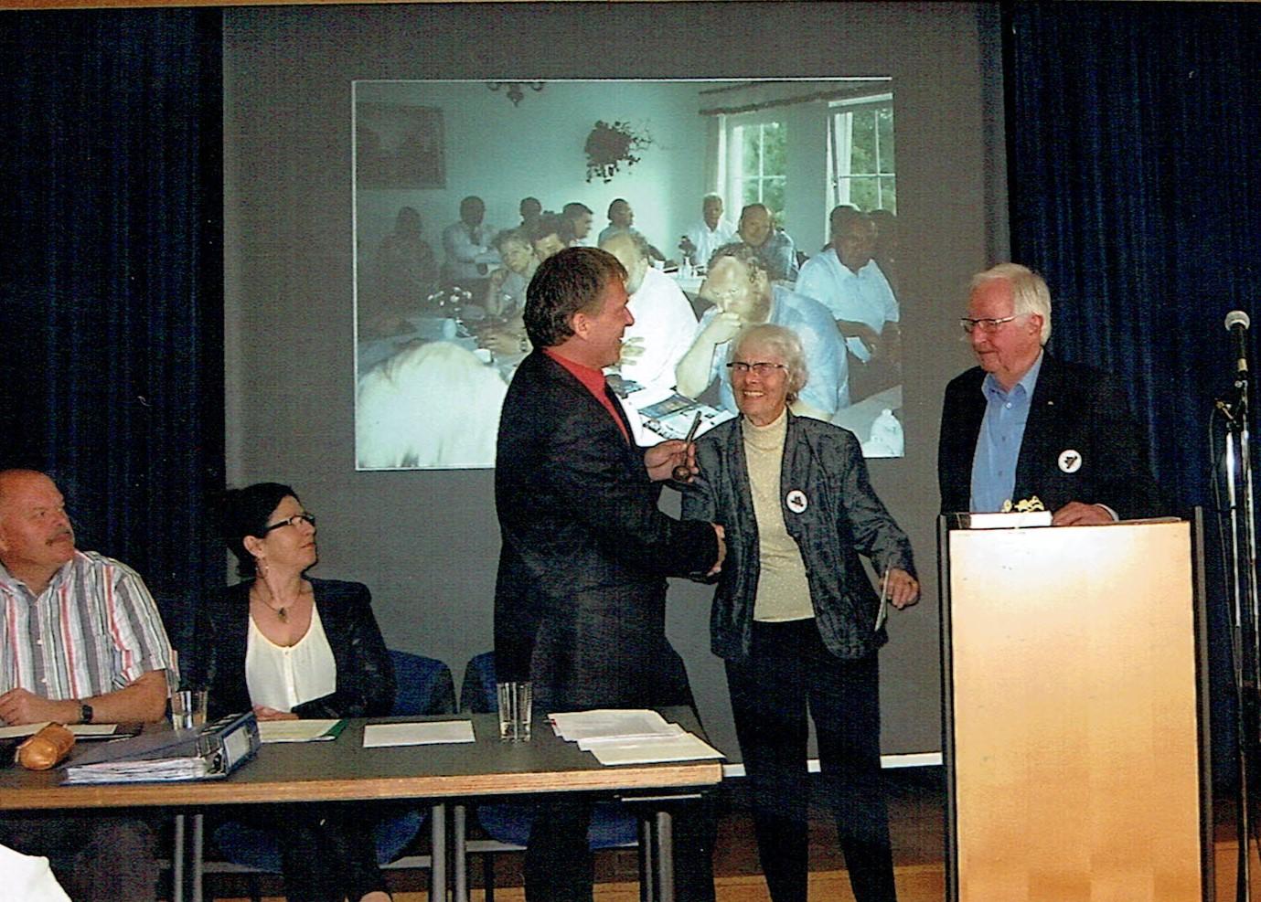 Nachträgliche Übergabe des Preises des Landkreises Uckermark 2014 an Frau Lilli Gramke (2. v. r.) durch Jürgen Theil. Reinhard Timm und Birgit Biadacz (von links), Prof. Christian Uhlig (rechts). (Foto: Horst Theil)