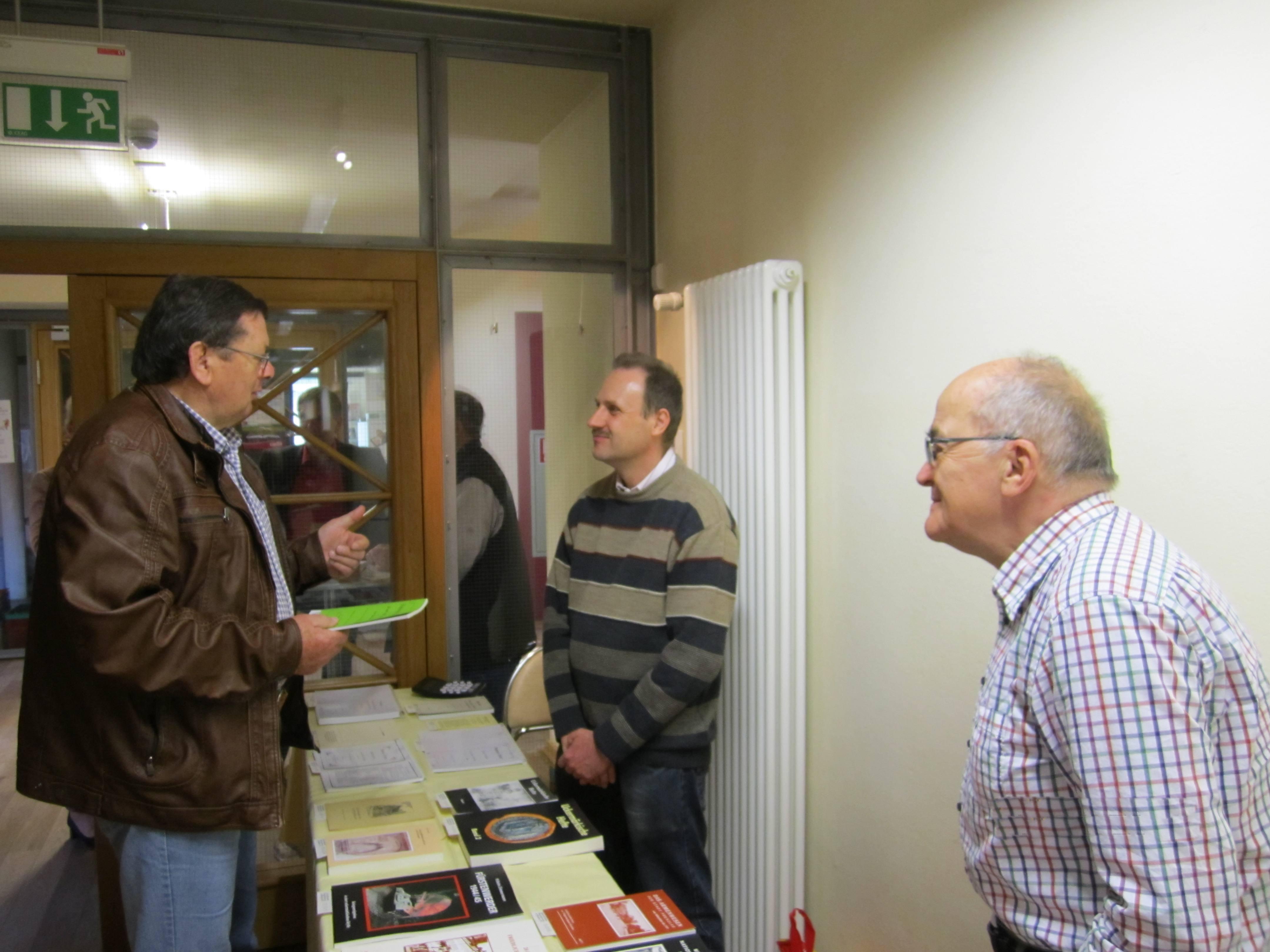 Buchverkauf: Horst Albrecht, Frank Wieland und Gerd Winterberg am Büchertisch (v. l. n. r.). (Foto: Dr. M. Schulz)