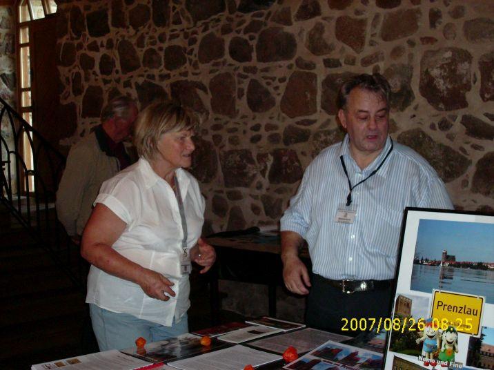 Renate Köhler und Horst Oschmann beim Aufbau des Standes des UGVP