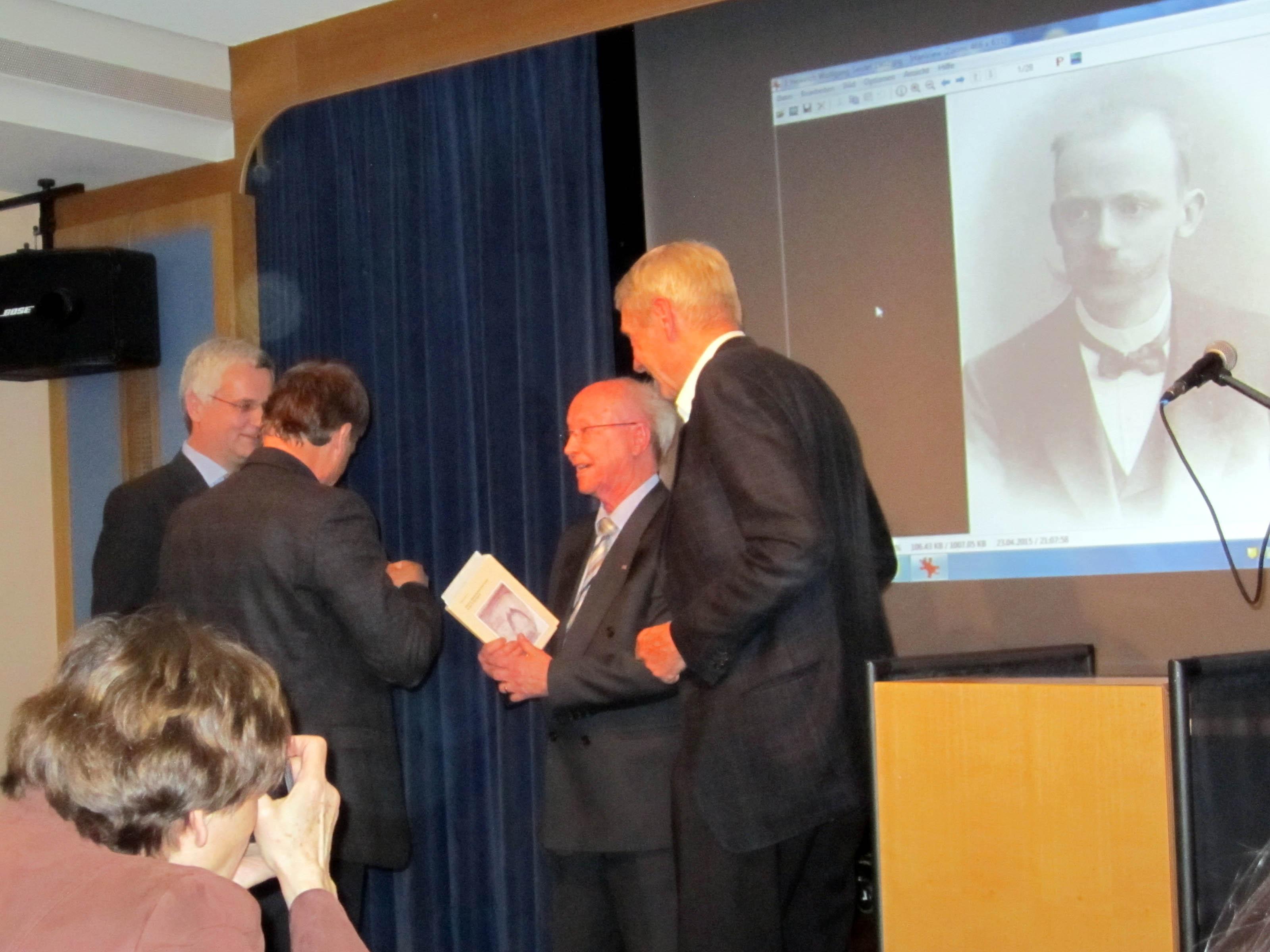 Übergabe des Adolf-Stahr-Preis: Bernhard Rengert, Jürgen Theil, Prof. Klaus Goebel (Preisträger) und Holger Cassens (Stifter) (v. l. n. r.). (Foto: Dr. M. Schulz)