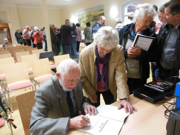 1.Autor Wilhelm Zimmermann signiert die überarbeitete Neuauflage seines Buches