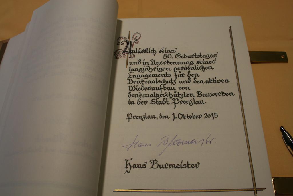 Die Seite im Goldenen Buch der Stadt Prenzlau für Hans Burmeister. (Foto: Anett Hilpert, Leiterin Büro Bürgermeister)