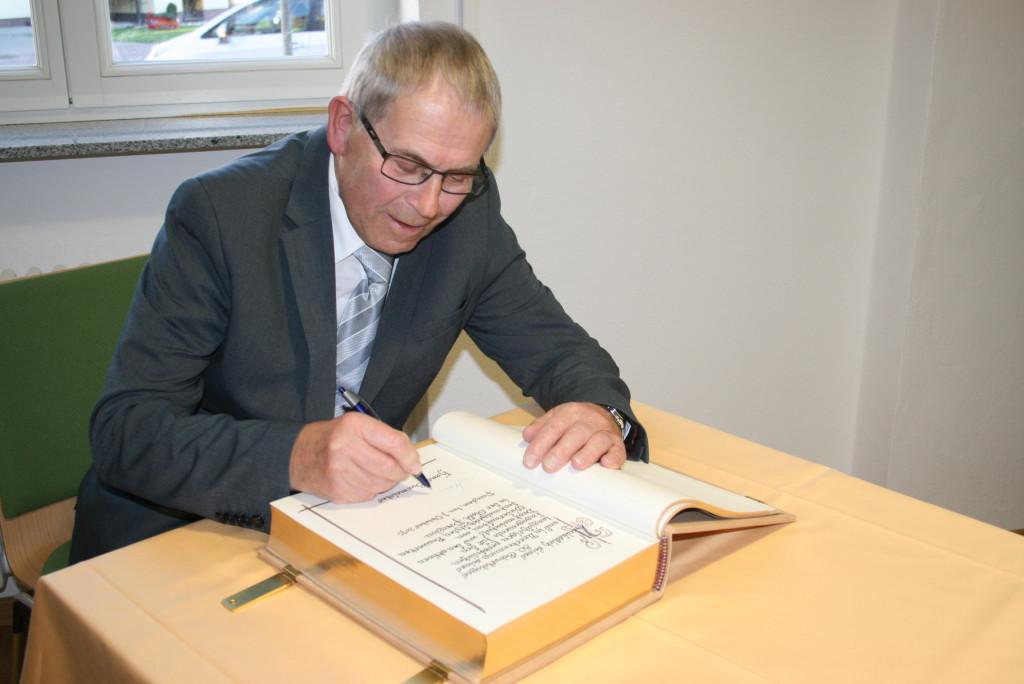 Hans Burmeister trägt sich am 01.10.2015 in das Goldene Buch der Stadt Prenzlau ein. (Foto: Anett Hilpert, Leiterin Büro Bürgermeister)